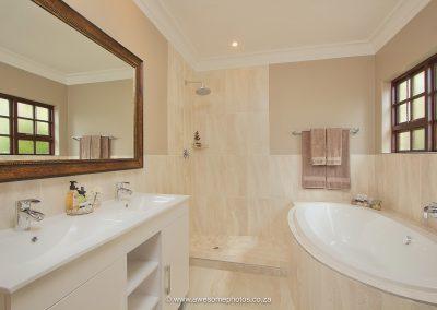 Leopardsong Manor big bath