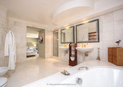 House Higgo he & she basin in bathroom